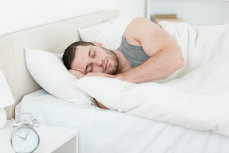 Почему нельзя спать ногами к двери: Можно ли ставить кровать ногами к выходу