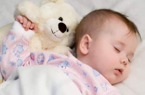 Когда ребенок потеет когда засыпает комаровский